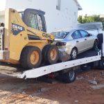 גרירה של רכב מאזדה ומלגזה למתחם פירוק רכב